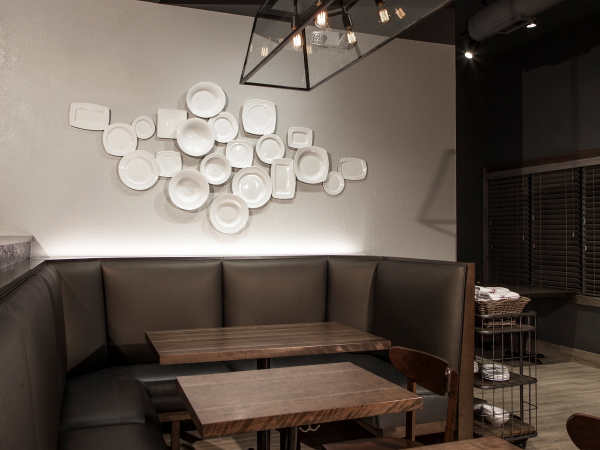 plates_wall_far